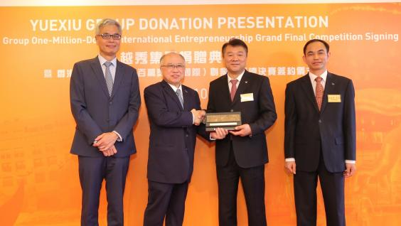 Mr. Andrew LIAO Cheung-Sing (second left) and Prof. Wei SHYY (first left) present a souvenir to Mr. ZHANG Zhaoxing (second right) and Mr. ZHU Chunxiu (first right).