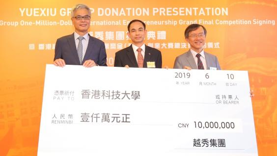 Mr. ZHU Chunxiu (middle) also presents a cheque for the RMB 10 million sponsorship to Prof. Wei SHYY (left) and HKUST Associate Vice-President (Knowledge Transfer) Enboa WU (right).