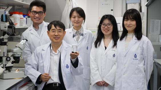 Prof. Qian Peiyuan(front) and his research team