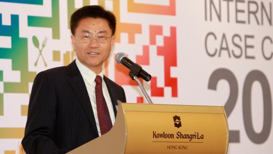 Dean Leonard Cheng delivers a speech at the Closing Ceremony.