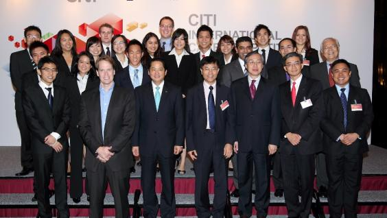 The 4 finalist teams and their faculty advisors pose with Dean Leonard Cheng (1st row, center), Mr Shengman Zhang, Citi Country Officer for Hong Kong (1st row, 3rd from left), Mr Eri Ip, Executive Director, Hutchison Port Holdings (1st row, 3rd from right)