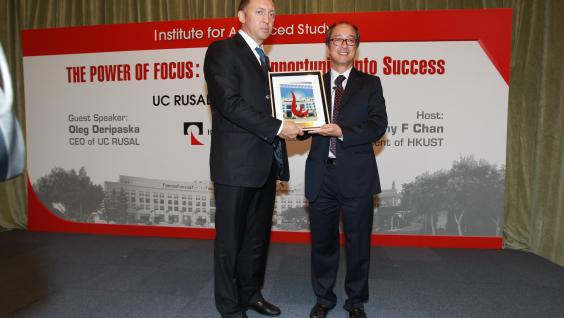 President Chan presents an HKUST souvenir to Mr Deripaska
