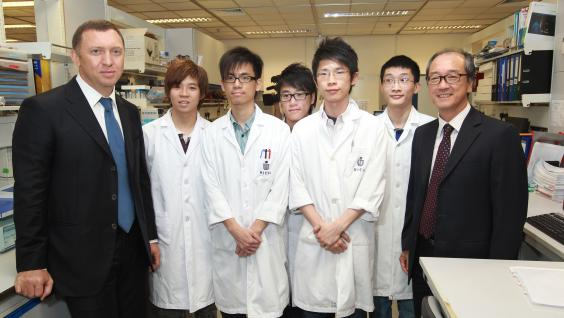Mr Deripaska (first from left), accompanied by President Chan (first from right) visits students in a biochemistry laboratory.