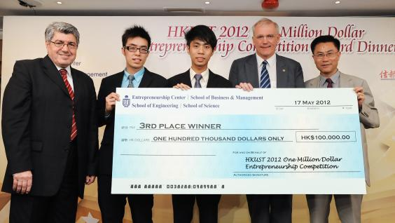 HKUST Dean of Business and Management Prof Leonard Cheng (right) presents award to iTorr, the second runner-up.