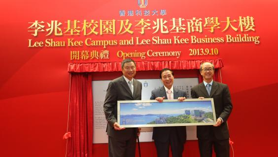 HKUST Council Chairman Dr Marvin Cheung (left) and President Prof Tony Chan (right) present a commemorative picture of the Lee Shau Kee Campus to Dr Lee Shau Kee.