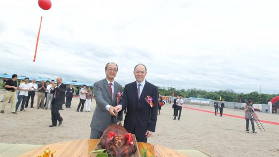 President Tony Chan (left) and Mr Ian Fok perform the pig cutting ceremony on the construction site of the HKUST Fok Ying Tung Graduate School Building