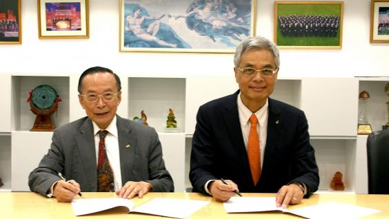 HKUST President Prof. Wei SHYY (right) and Dr. Otto POON sign the donation agreement