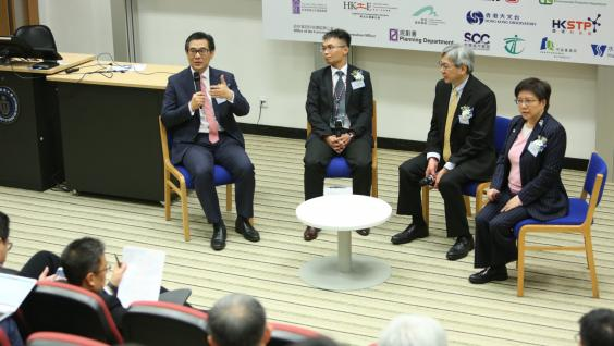 Dr Winnie Tang (1st right), Founder and Honorary President, Smart City Consortium, led a panel discussion on smart city initiatives in Hong Kong. On the panel were (from left) Ir Allen Yeung, Government Chief Information Officer; Dr Julian Kwan, Chief Geotechnical Engineer, Civil Engineering and Development Department; and Mr Silas Liu, Chief Town Planner, Planning Department.