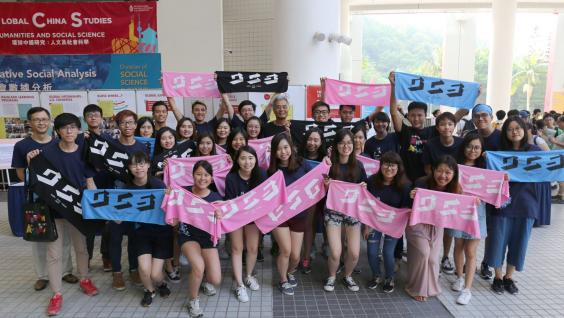 Prof Wei Shyy took photo with students on HKUST's Information Day